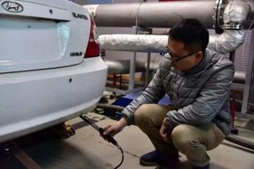 女司机大闹车管所汽油和轿车都是合格的凭啥便是过不了